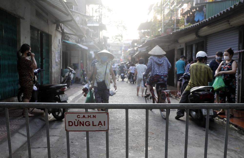 Hà Nội: Vẫn còn người dân ra đường tập thể dục bất chấp Chỉ thị giãn cách xã hội - Ảnh 8.