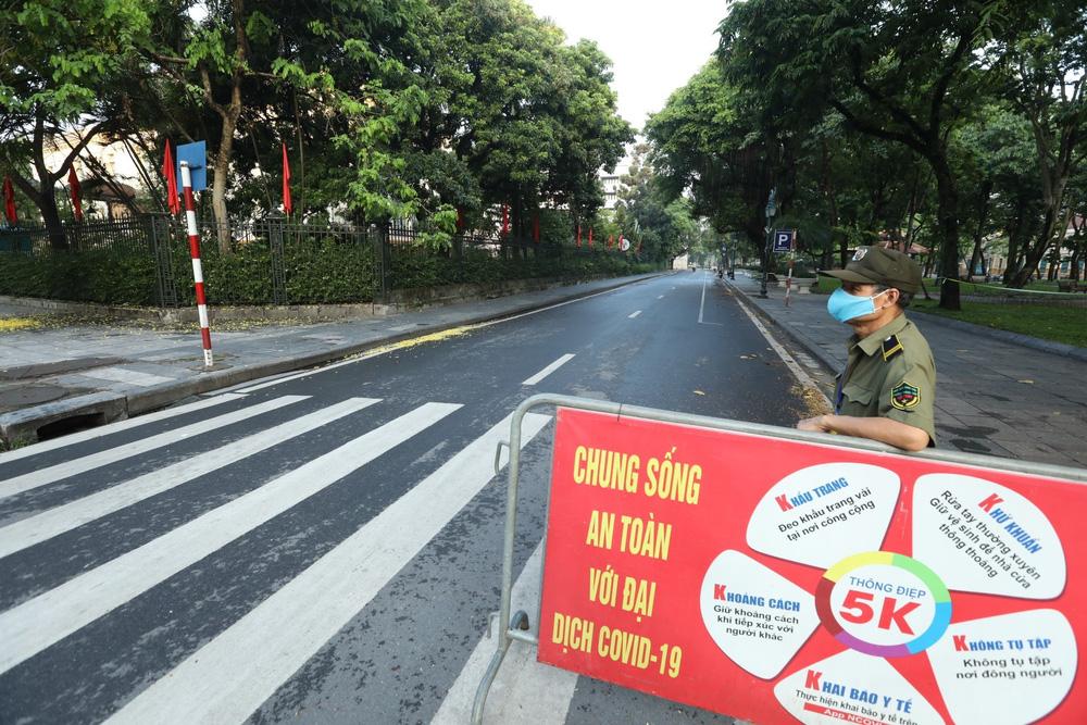 Hà Nội: Vẫn còn người dân ra đường tập thể dục bất chấp Chỉ thị giãn cách xã hội - Ảnh 16.