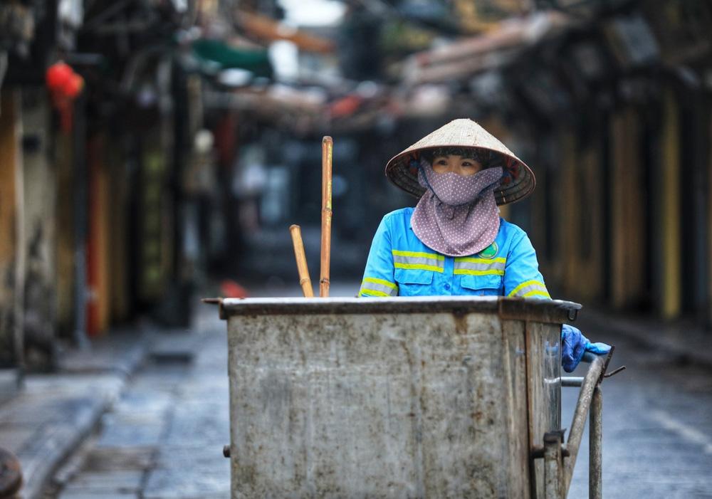 Hà Nội: Vẫn còn người dân ra đường tập thể dục bất chấp Chỉ thị giãn cách xã hội - Ảnh 12.