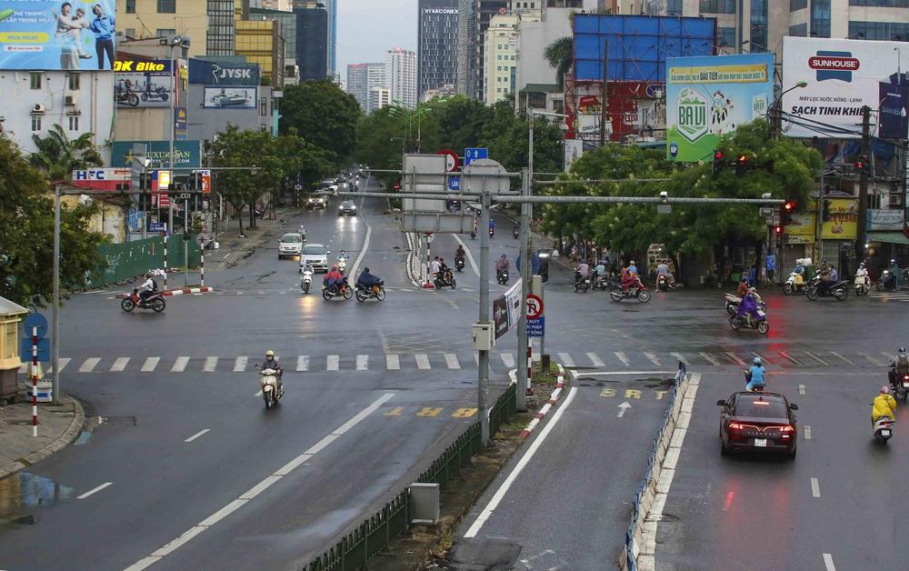 Ngày thứ 5 thực hiện giãn cách xã hội, lượng phương tiện lưu thông trên nhiều tuyến đường ở Hà Nội đã giảm - Ảnh 1.