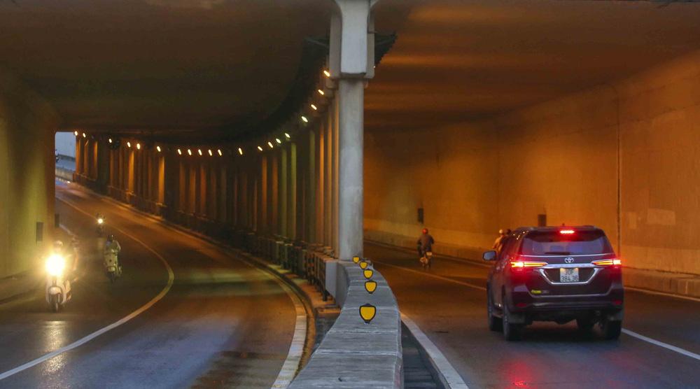 Ngày thứ 5 thực hiện giãn cách xã hội, lượng phương tiện lưu thông trên nhiều tuyến đường ở Hà Nội đã giảm - Ảnh 6.