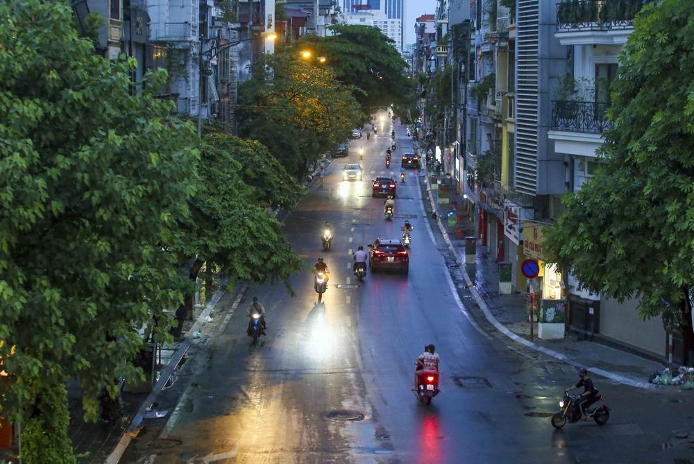 Ngày thứ 5 thực hiện giãn cách xã hội, lượng phương tiện lưu thông trên nhiều tuyến đường ở Hà Nội đã giảm - Ảnh 7.