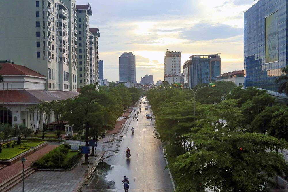 Ngày thứ 5 thực hiện giãn cách xã hội, lượng phương tiện lưu thông trên nhiều tuyến đường ở Hà Nội đã giảm - Ảnh 4.