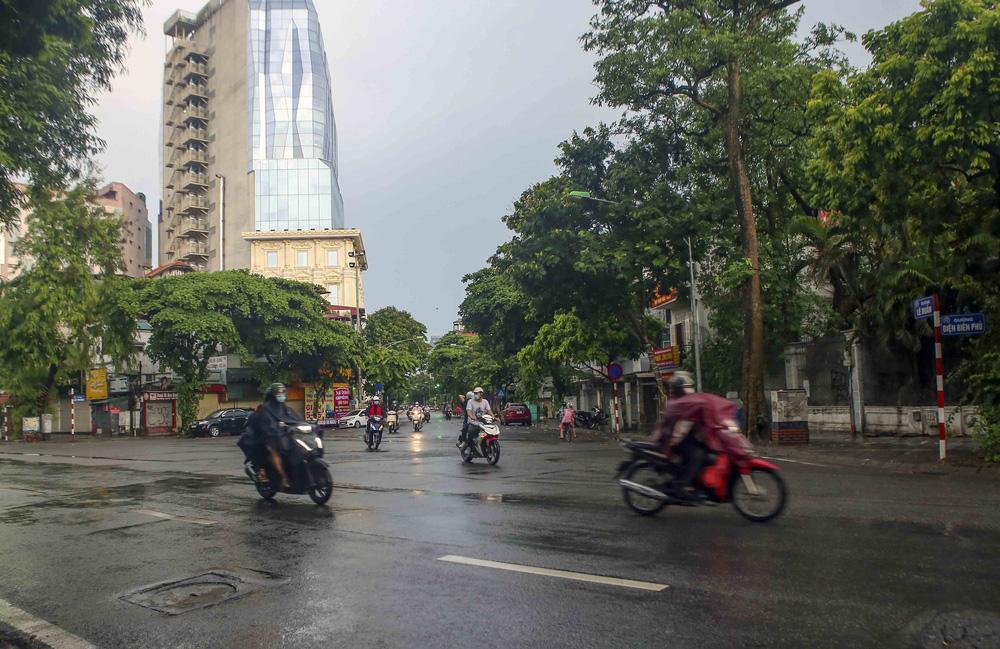 Ngày thứ 5 thực hiện giãn cách xã hội, lượng phương tiện lưu thông trên nhiều tuyến đường ở Hà Nội đã giảm - Ảnh 5.