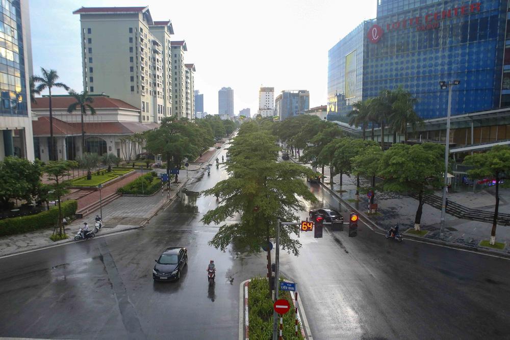 Ngày thứ 5 thực hiện giãn cách xã hội, lượng phương tiện lưu thông trên nhiều tuyến đường ở Hà Nội đã giảm - Ảnh 3.