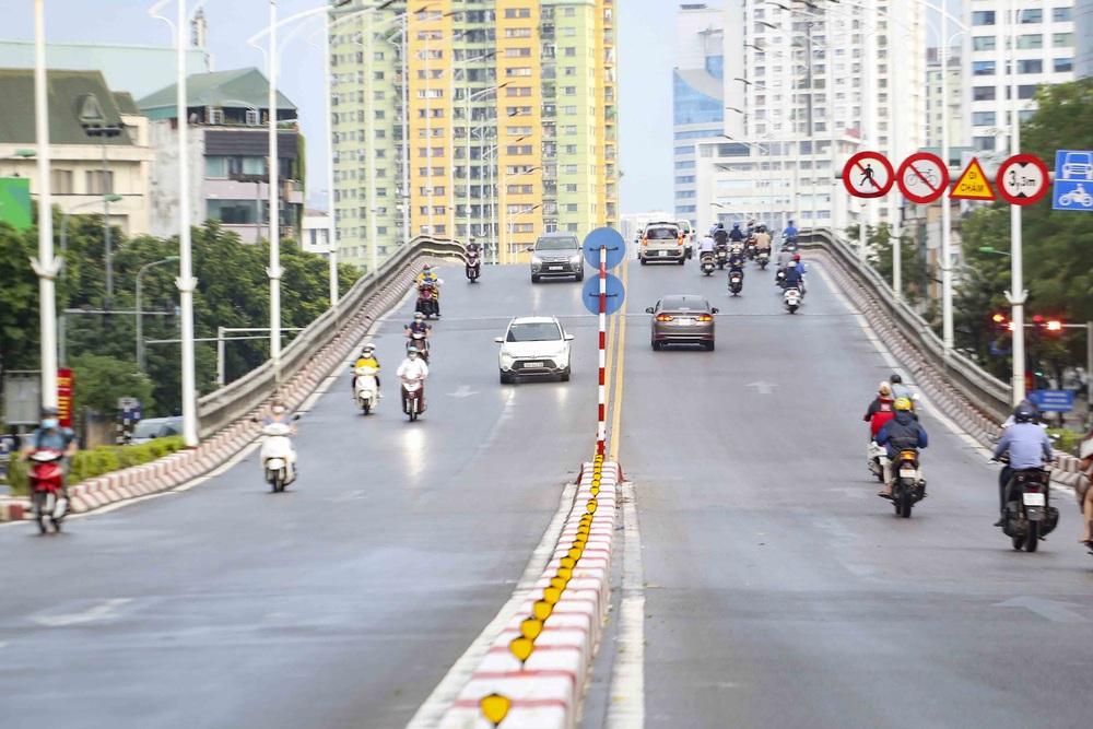 Ngày thứ 5 thực hiện giãn cách xã hội, lượng phương tiện lưu thông trên nhiều tuyến đường ở Hà Nội đã giảm - Ảnh 2.