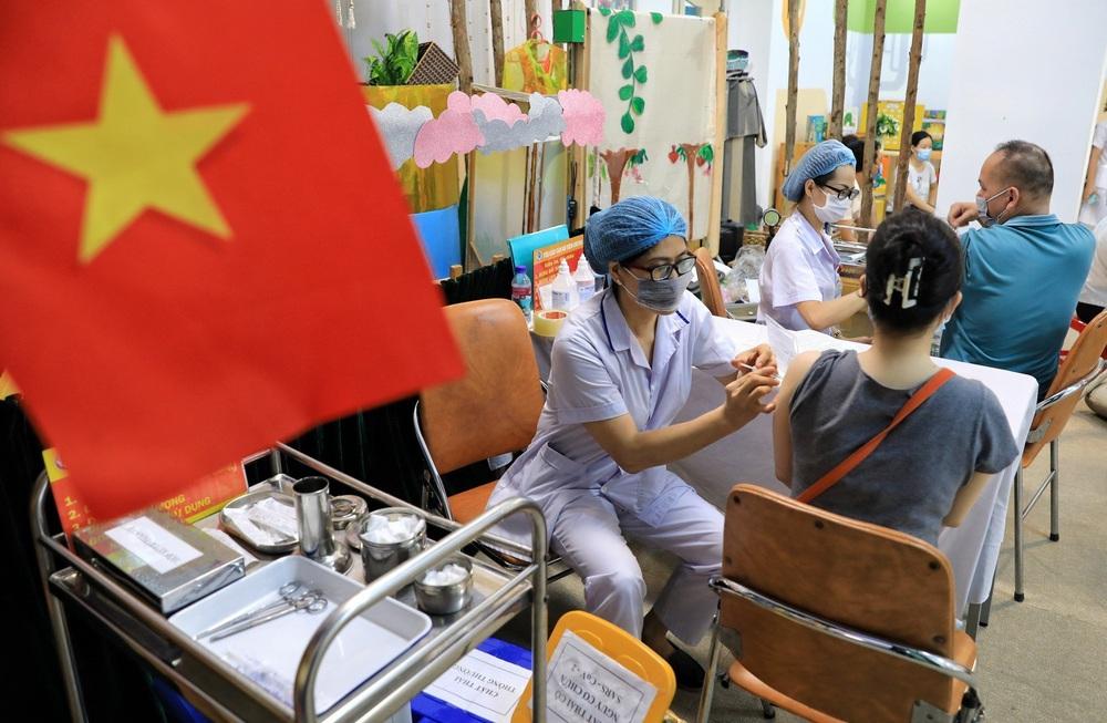 Người dân quận Hoàn Kiếm tiêm vaccine ngừa COVID-19, tuân thủ nghiêm 5K - Ảnh 5.