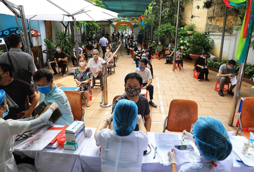 Người dân quận Hoàn Kiếm tiêm vaccine ngừa COVID-19, tuân thủ nghiêm 5K - Ảnh 2.