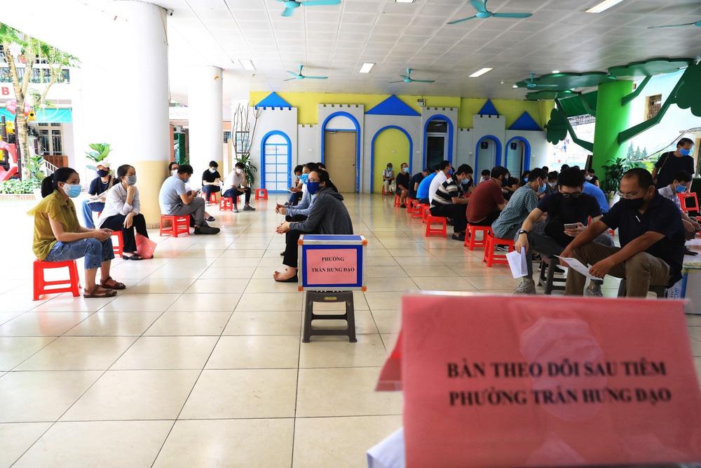 Người dân quận Hoàn Kiếm tiêm vaccine ngừa COVID-19, tuân thủ nghiêm 5K - Ảnh 1.
