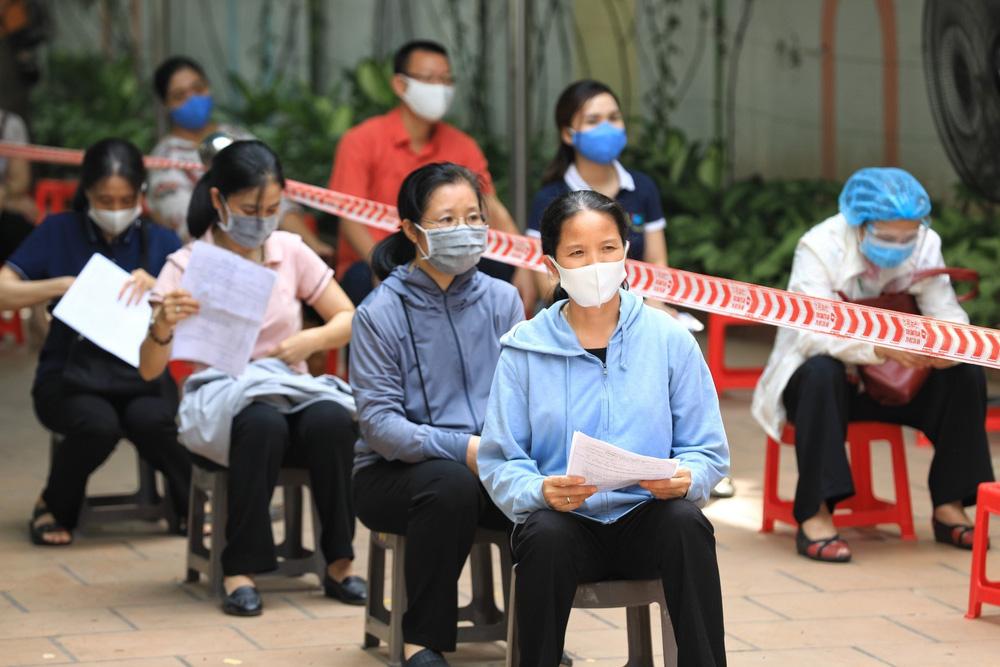 Người dân quận Hoàn Kiếm tiêm vaccine ngừa COVID-19, tuân thủ nghiêm 5K - Ảnh 10.