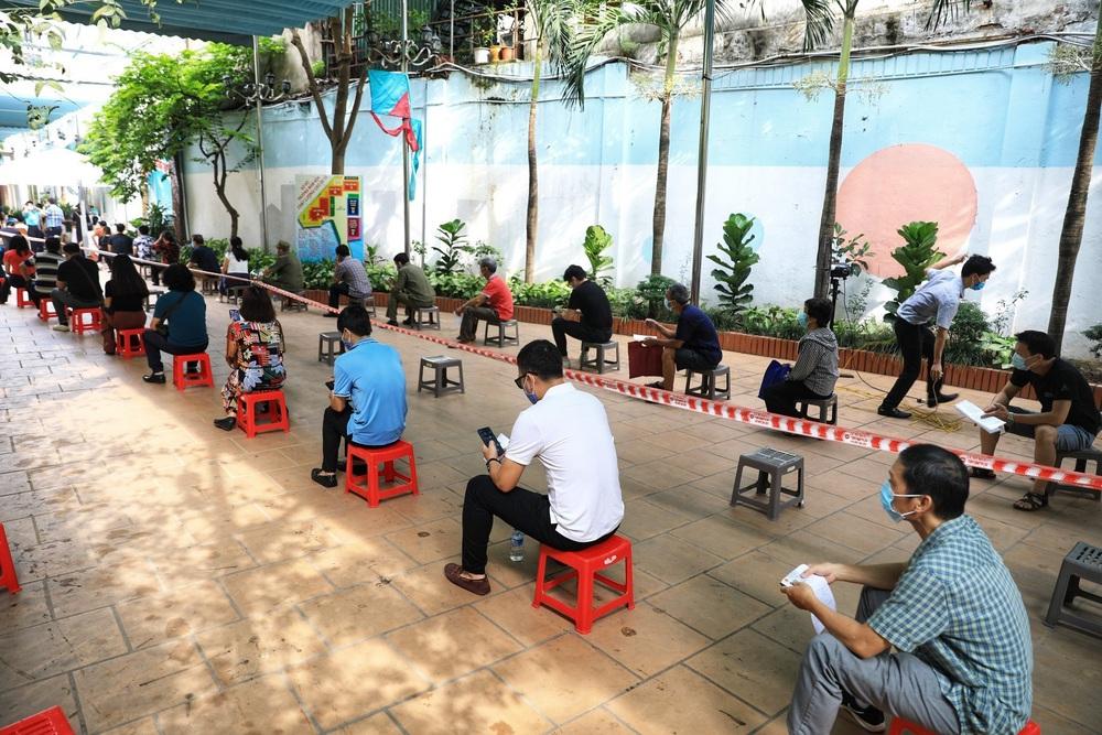 Người dân quận Hoàn Kiếm tiêm vaccine ngừa COVID-19, tuân thủ nghiêm 5K - Ảnh 11.