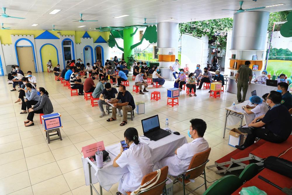Người dân quận Hoàn Kiếm tiêm vaccine ngừa COVID-19, tuân thủ nghiêm 5K - Ảnh 19.