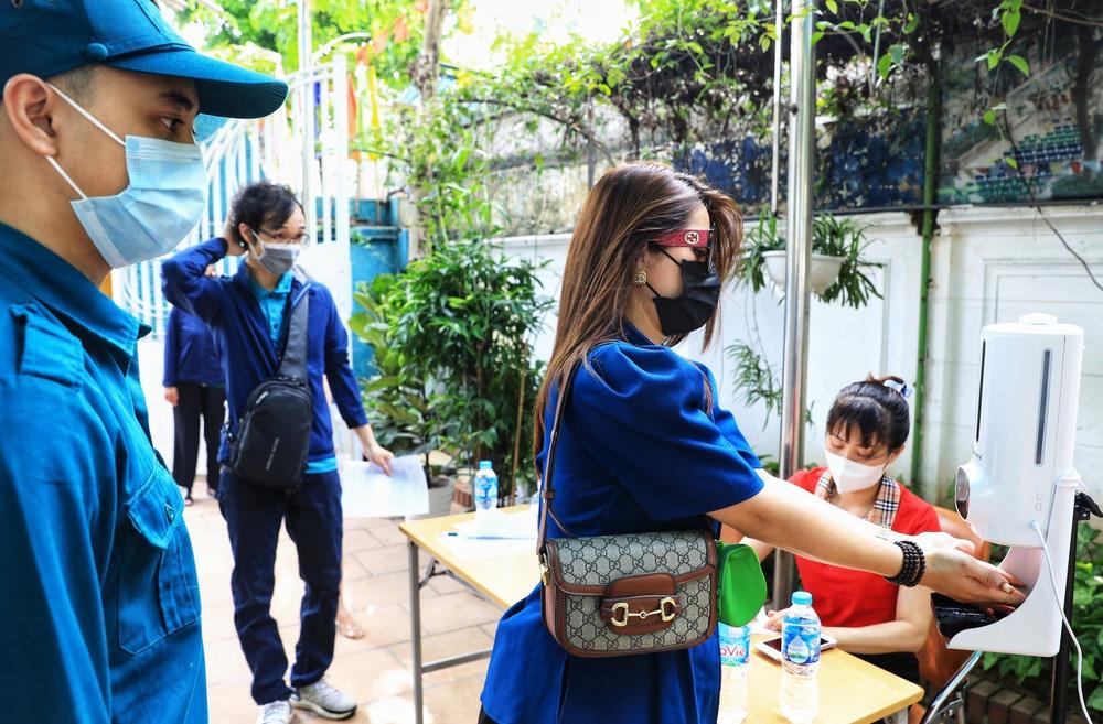 Người dân quận Hoàn Kiếm tiêm vaccine ngừa COVID-19, tuân thủ nghiêm 5K - Ảnh 8.