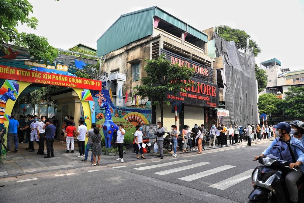 Người dân quận Hoàn Kiếm tiêm vaccine ngừa COVID-19, tuân thủ nghiêm 5K - Ảnh 7.