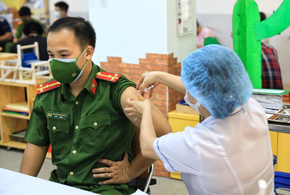 Người dân quận Hoàn Kiếm tiêm vaccine ngừa COVID-19, tuân thủ nghiêm 5K - Ảnh 16.