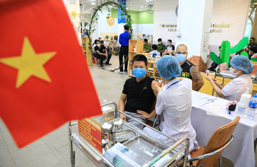 Người dân quận Hoàn Kiếm tiêm vaccine ngừa COVID-19, tuân thủ nghiêm 5K - Ảnh 4.