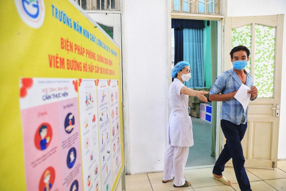 Người dân quận Hoàn Kiếm tiêm vaccine ngừa COVID-19, tuân thủ nghiêm 5K - Ảnh 15.