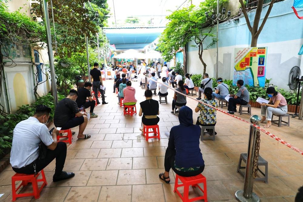 Người dân quận Hoàn Kiếm tiêm vaccine ngừa COVID-19, tuân thủ nghiêm 5K - Ảnh 3.