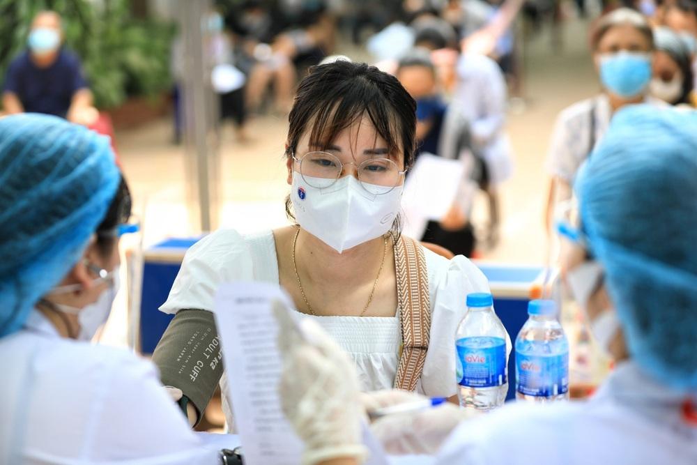 Người dân quận Hoàn Kiếm tiêm vaccine ngừa COVID-19, tuân thủ nghiêm 5K - Ảnh 12.