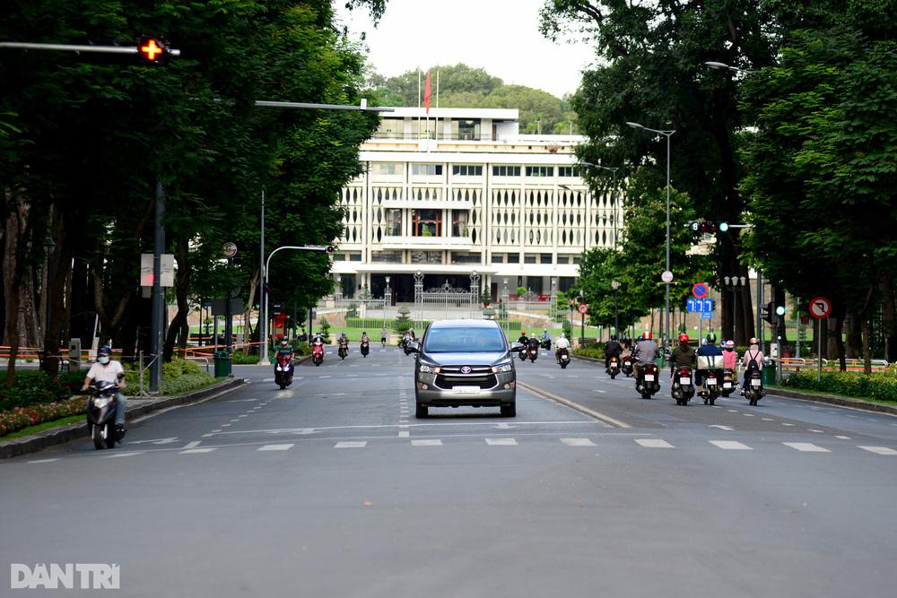 TP Hồ Chí Minh đường thông, hè thoáng ngày đầu giãn cách xã hội - Ảnh 19.