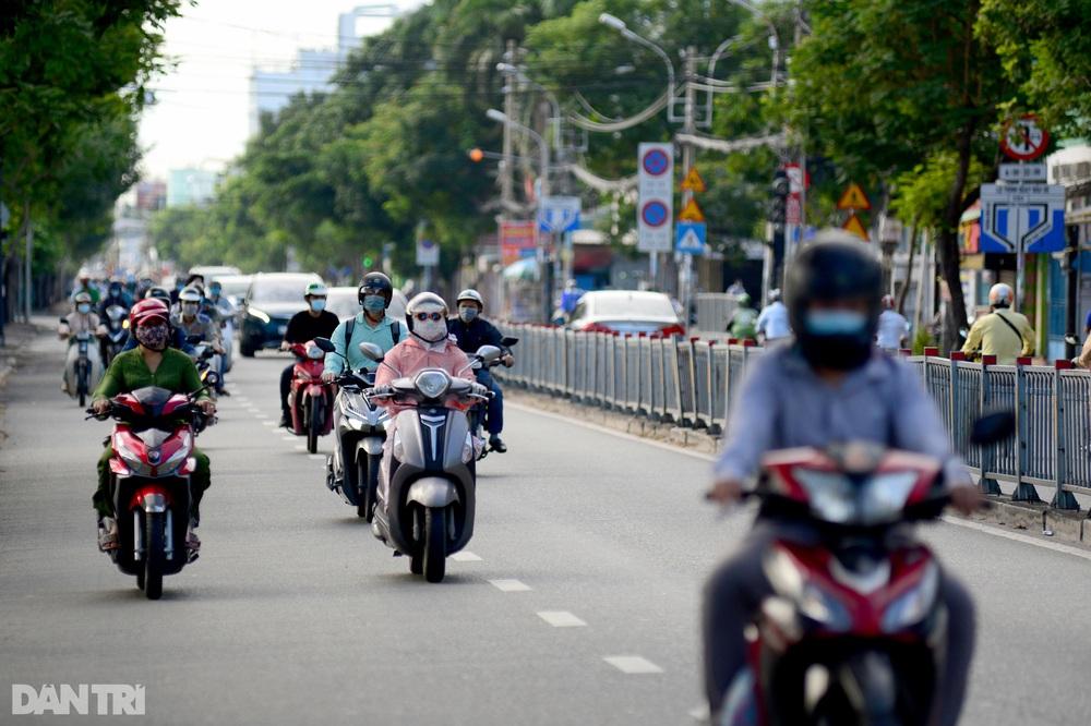 TP Hồ Chí Minh đường thông, hè thoáng ngày đầu giãn cách xã hội - Ảnh 17.