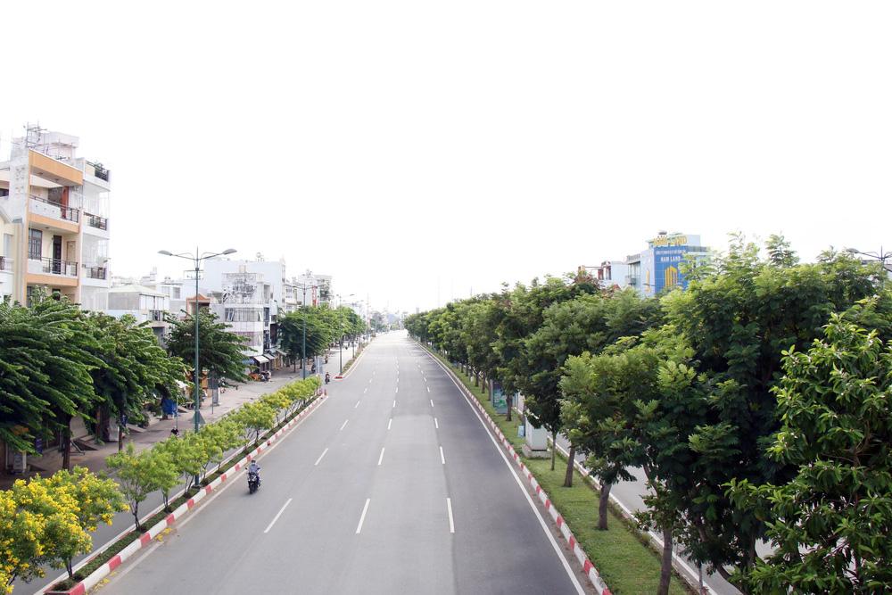 TP Hồ Chí Minh đường thông, hè thoáng ngày đầu giãn cách xã hội - Ảnh 5.
