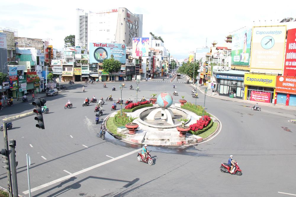 TP Hồ Chí Minh đường thông, hè thoáng ngày đầu giãn cách xã hội - Ảnh 7.