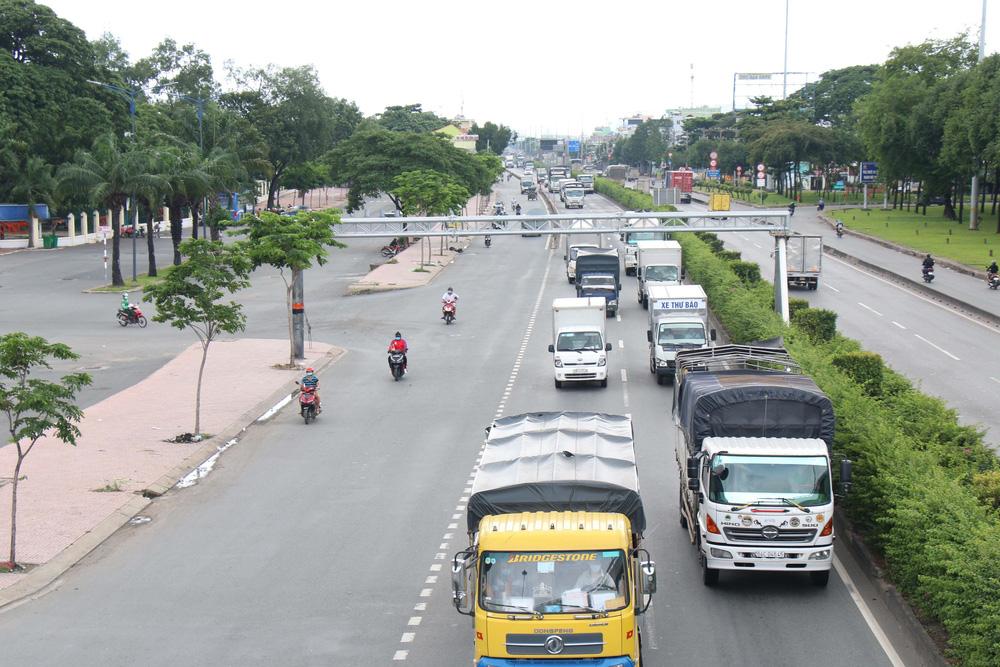 TP Hồ Chí Minh đường thông, hè thoáng ngày đầu giãn cách xã hội - Ảnh 13.