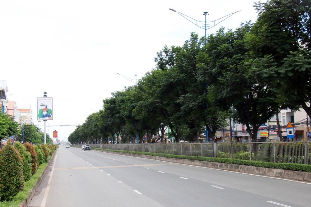 TP Hồ Chí Minh đường thông, hè thoáng ngày đầu giãn cách xã hội - Ảnh 3.