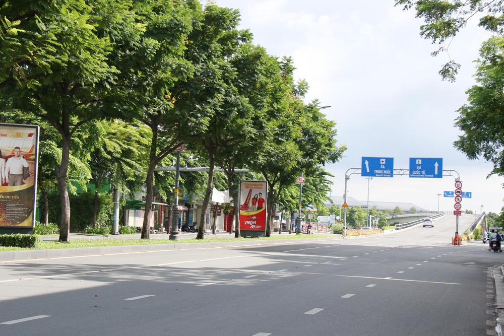 TP Hồ Chí Minh đường thông, hè thoáng ngày đầu giãn cách xã hội - Ảnh 2.