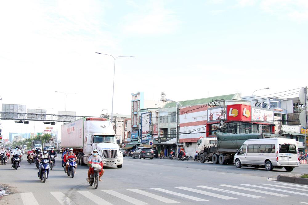 TP Hồ Chí Minh đường thông, hè thoáng ngày đầu giãn cách xã hội - Ảnh 12.