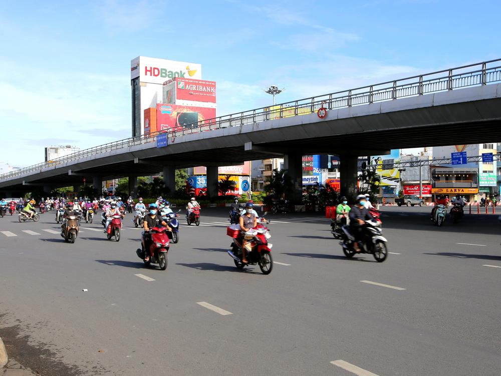 TP Hồ Chí Minh đường thông, hè thoáng ngày đầu giãn cách xã hội - Ảnh 11.
