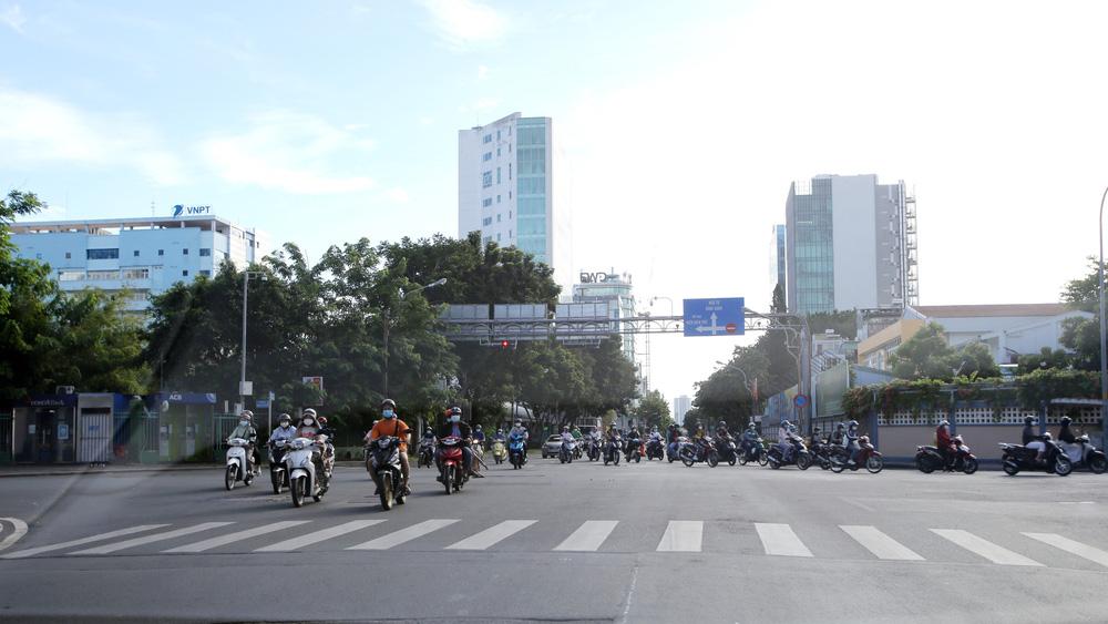 TP Hồ Chí Minh đường thông, hè thoáng ngày đầu giãn cách xã hội - Ảnh 10.