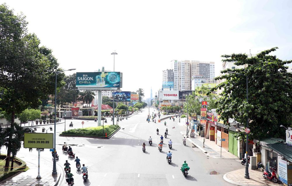 TP Hồ Chí Minh đường thông, hè thoáng ngày đầu giãn cách xã hội - Ảnh 9.
