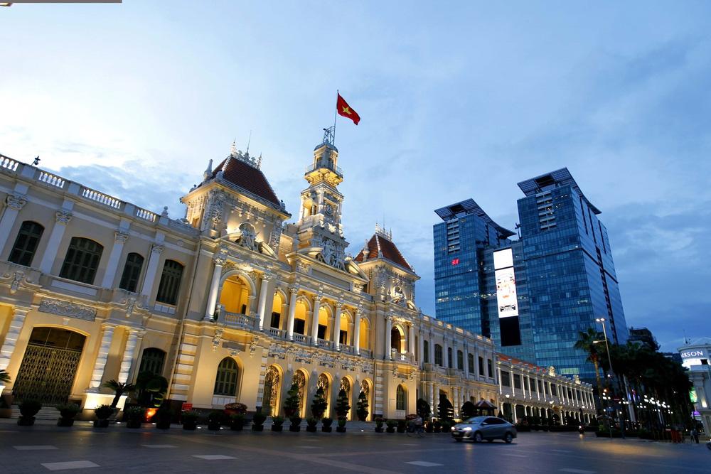 TP Hồ Chí Minh đường thông, hè thoáng ngày đầu giãn cách xã hội - Ảnh 1.