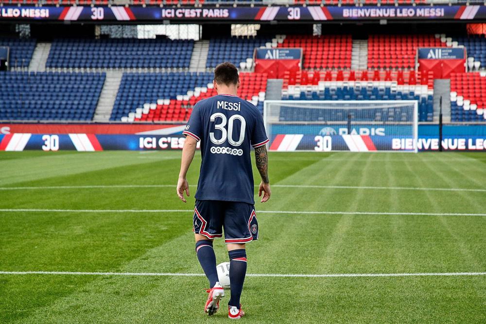 CHÙM ẢNH: Lionel Messi đến PSG ký hợp và ra mắt đội bóng mới  - Ảnh 11.