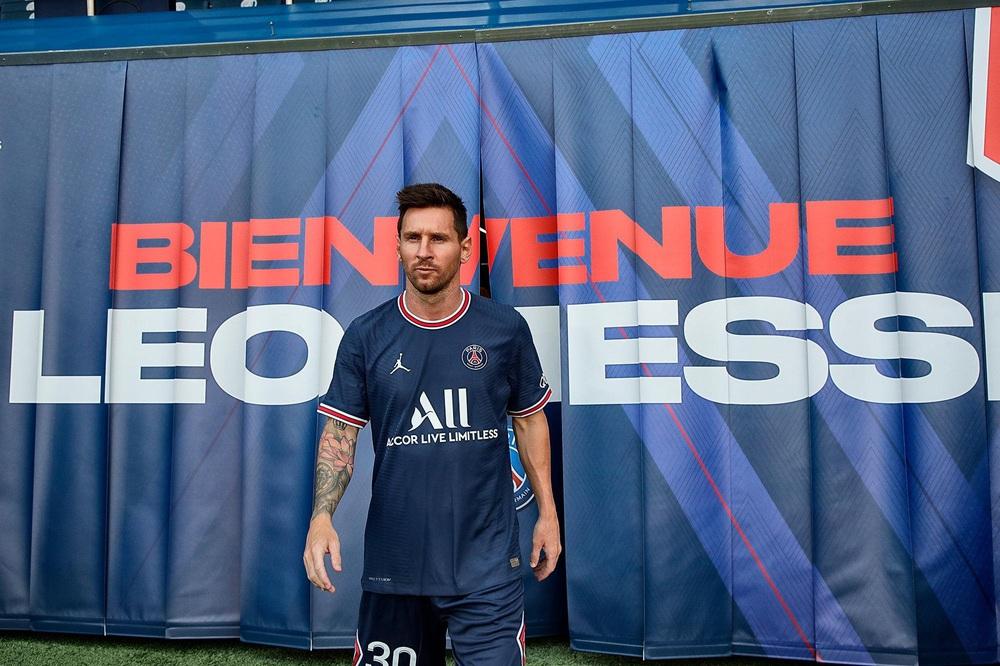 CHÙM ẢNH: Lionel Messi đến PSG ký hợp và ra mắt đội bóng mới  - Ảnh 10.