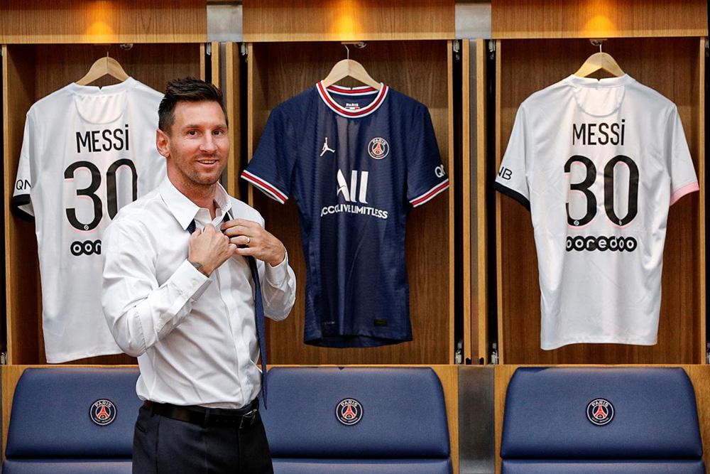 CHÙM ẢNH: Lionel Messi đến PSG ký hợp và ra mắt đội bóng mới  - Ảnh 9.