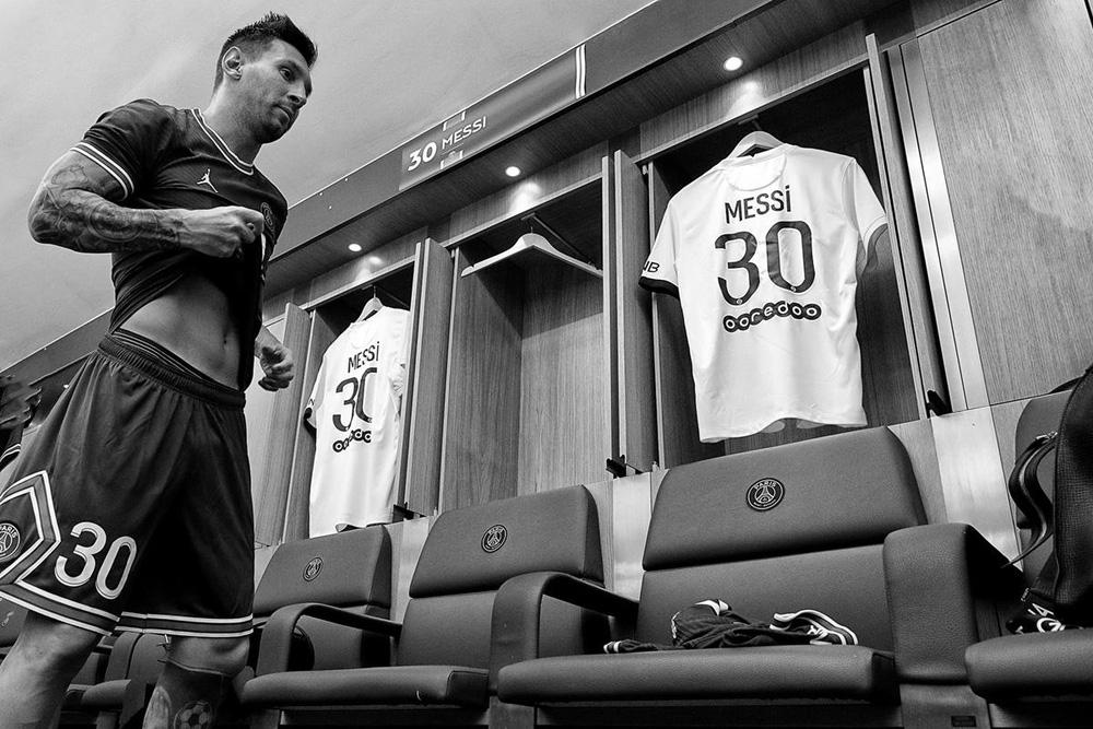 CHÙM ẢNH: Lionel Messi đến PSG ký hợp và ra mắt đội bóng mới  - Ảnh 8.