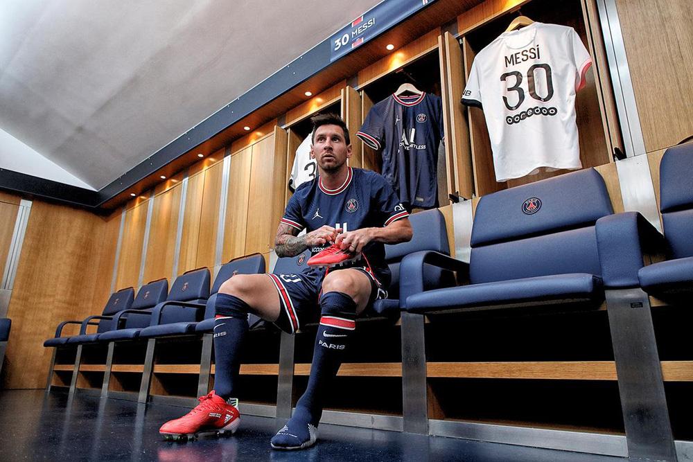 CHÙM ẢNH: Lionel Messi đến PSG ký hợp và ra mắt đội bóng mới  - Ảnh 7.