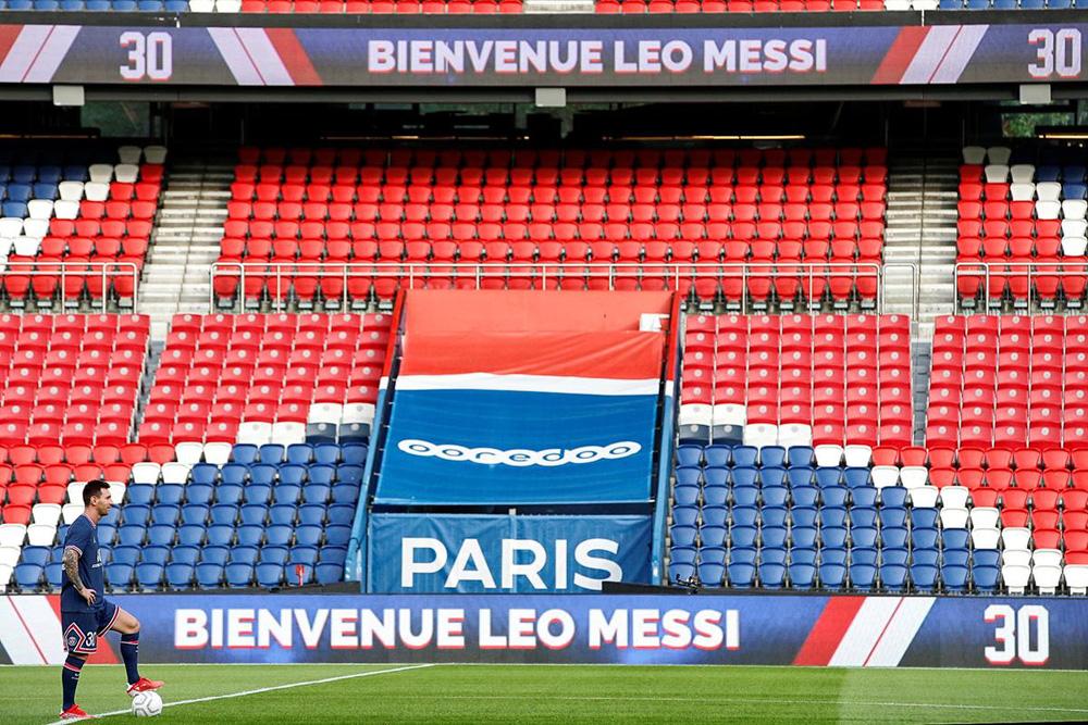 CHÙM ẢNH: Lionel Messi đến PSG ký hợp và ra mắt đội bóng mới  - Ảnh 14.