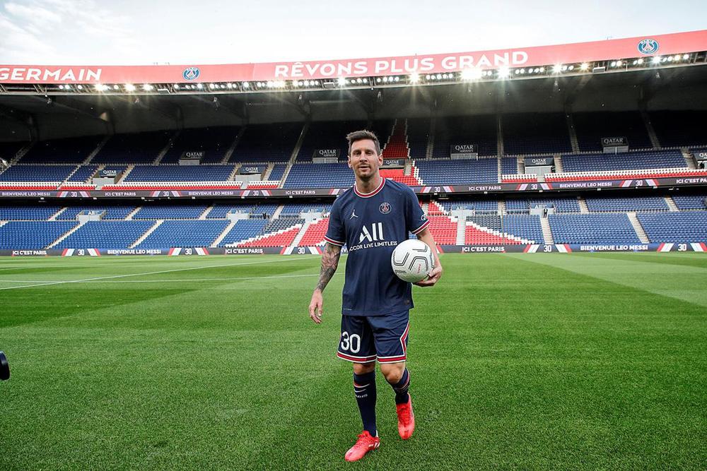 CHÙM ẢNH: Lionel Messi đến PSG ký hợp và ra mắt đội bóng mới  - Ảnh 13.