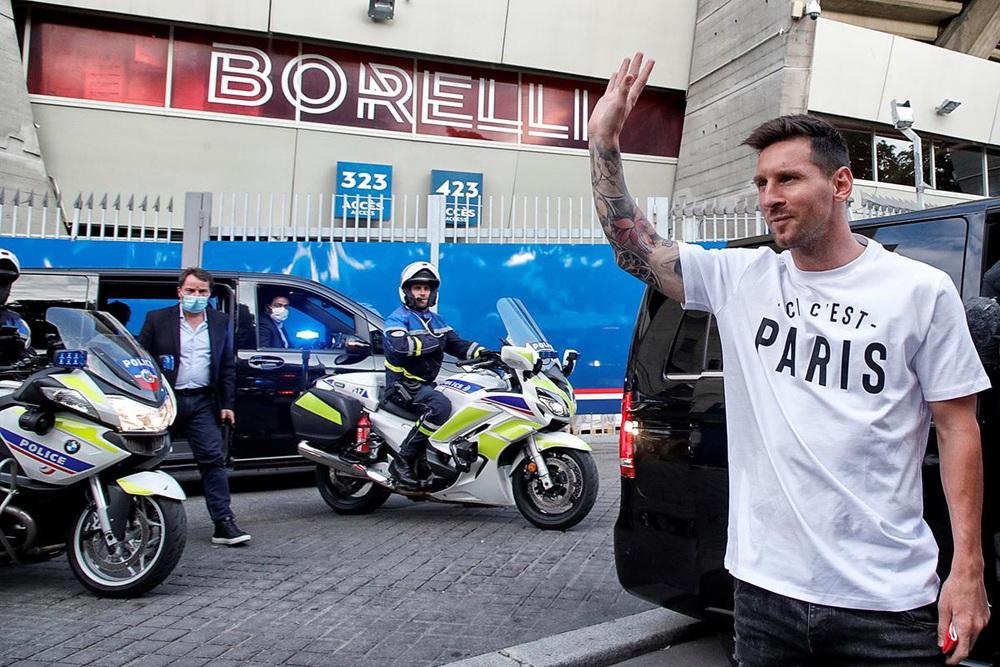 CHÙM ẢNH: Lionel Messi đến PSG ký hợp và ra mắt đội bóng mới  - Ảnh 2.