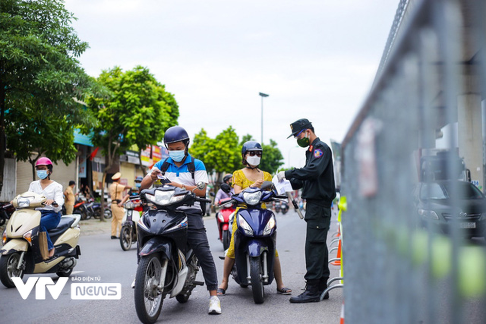 Lực lượng chức năng Hà Nội gỡ bỏ chốt kiểm soát ở 19 quận, huyện thuộc Vùng 1 - ảnh 11