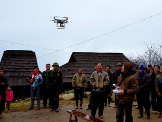 Người Mông (Tương Dương) hào hứng với thiết bị Flycam