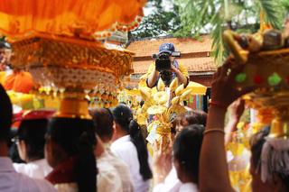 Nữ camera giữa sắc hoa vàng