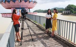 Ê-kíp nữ Đài PT-TH Tây Ninh làm phim về thắng cảnh hồ Dầu Tiếng