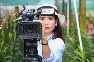 Khi nữ camera tập trung cho một khung hình