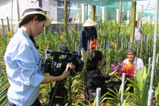 Một ê-kíp nữ Đài PT-TH Tây Ninh tác nghiệp ở trang trại trồng lan