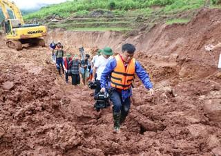 Các phóng viên vượt nguy hiểm đi vào tâm lũ xã Noong Hẻo
